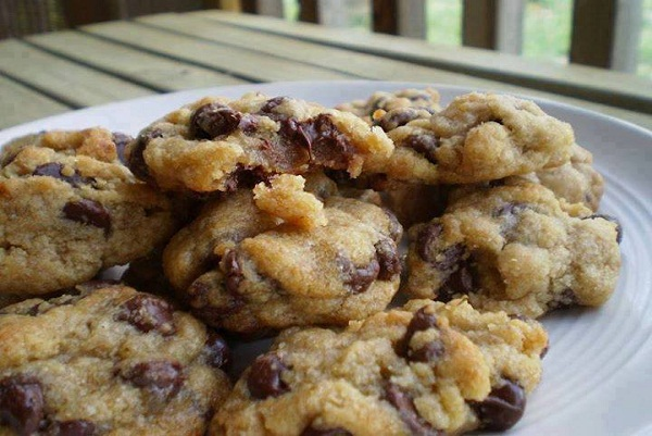 Soft, Chewy and Cakey Chocolate Chip Cookies
